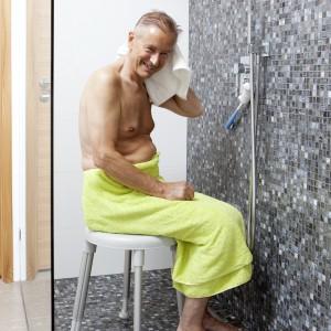 Taboret ułatwiający codzienne czynności w łazience i pod prysznicem.