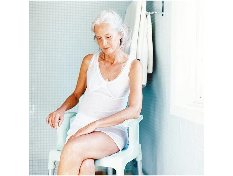 Wygodne, solidne i trwałe krzesło pod prysznic Etac Swift.