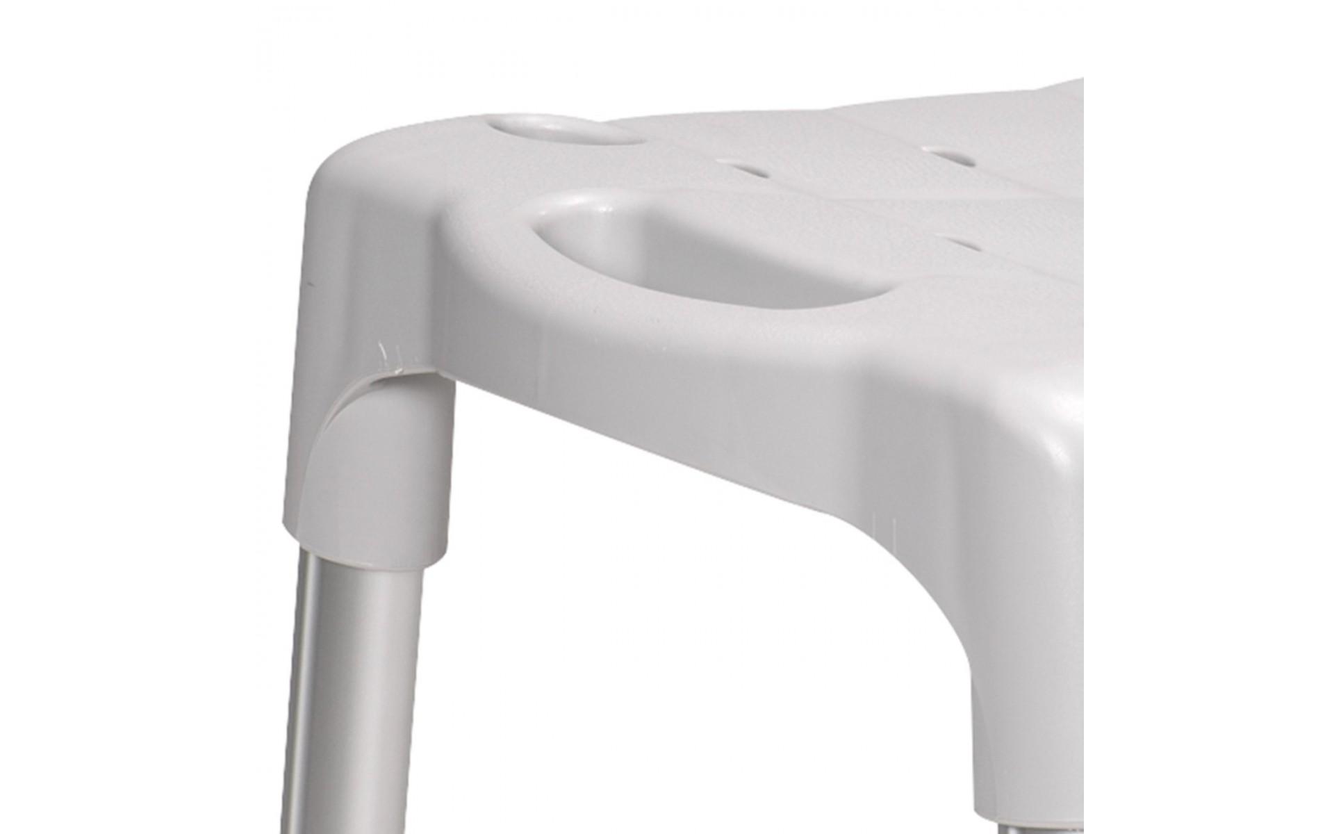 Boczne otwory ułatwiają przenoszenie krzesła, gdy nie są zamontowane podłokietniki.