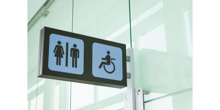 Toaleta publiczna dla niepełnosprawnych – wymiary, przepisy, formalne wymogi