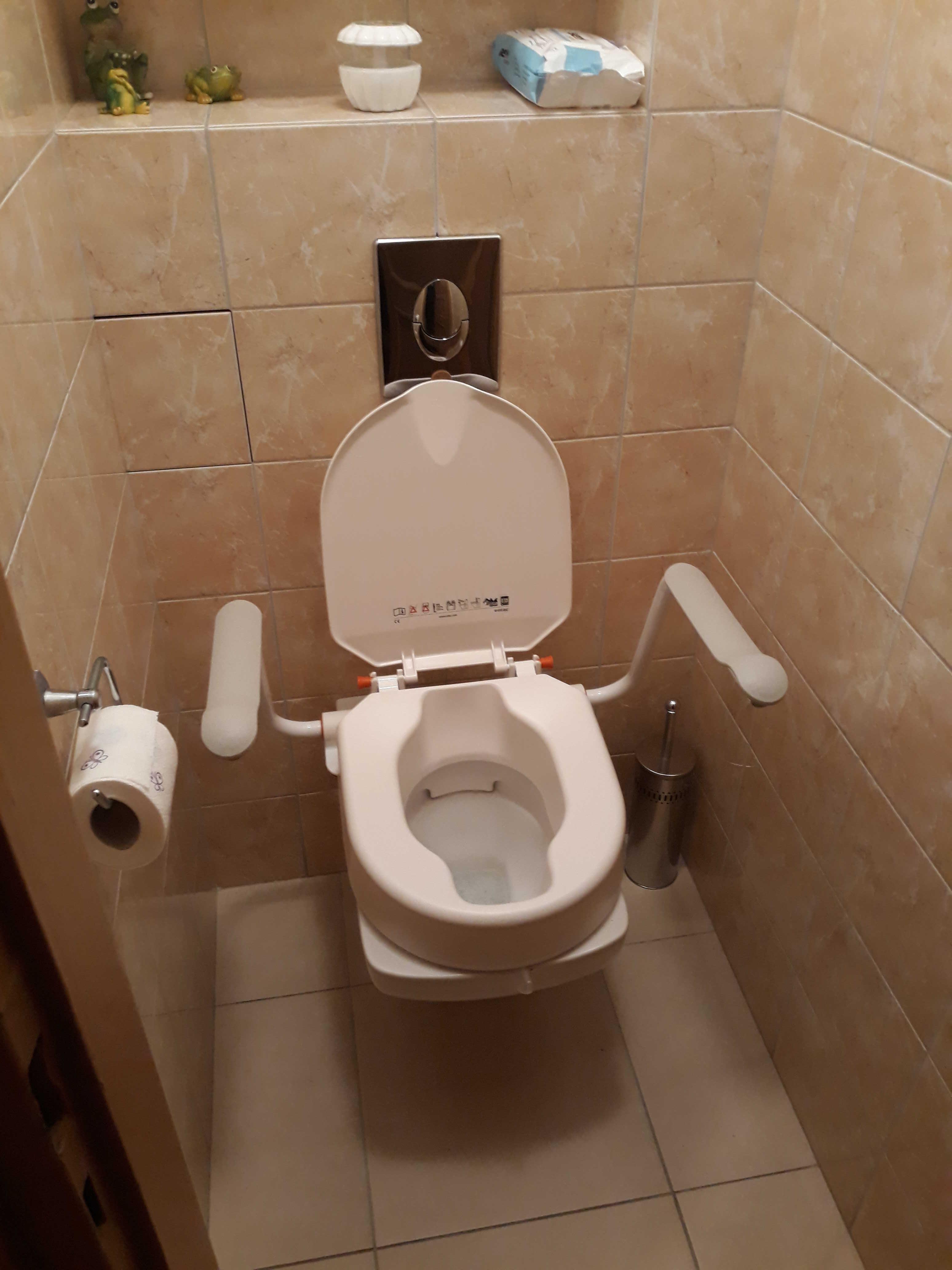 Nakładka Etac Hi-Loo Fixed w toalecie naszej klientki